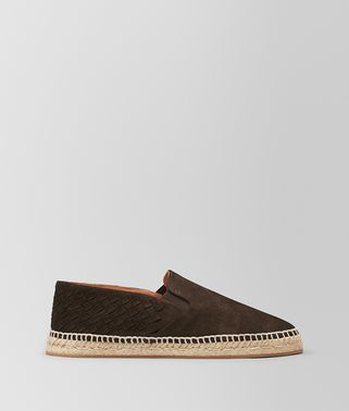 深咖啡色麂皮麻底鞋,配以编织细节