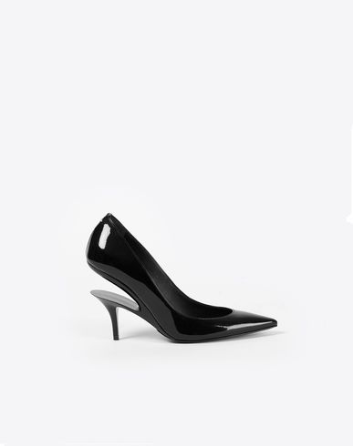 MAISON MARGIELA Closed-toe slip-ons D Black patent pumps with a cutout heel f