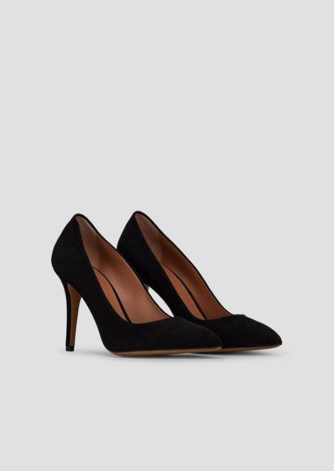 Zapato de salón de ante con tacón de aguja