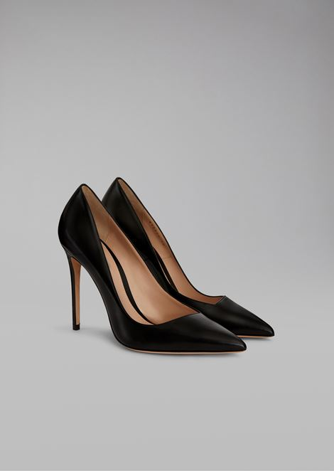 Asymmetric court shoes in glossy leather