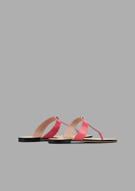 Ultra-flat sandals in patent leather and enameled logo detail