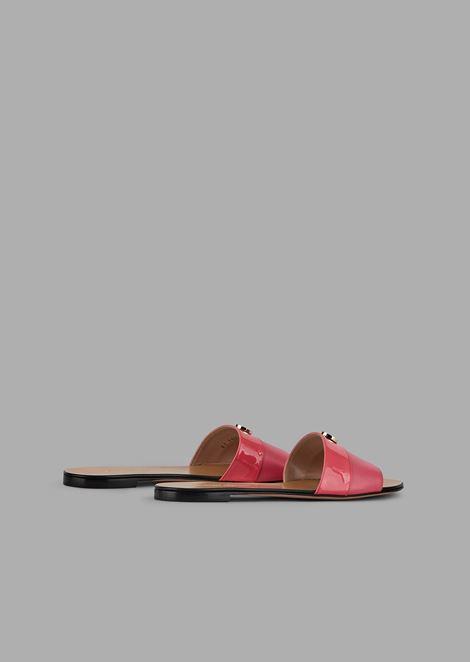 Sandali rasoterra con fascia in pelle e banda in vernice con dettaglio logo