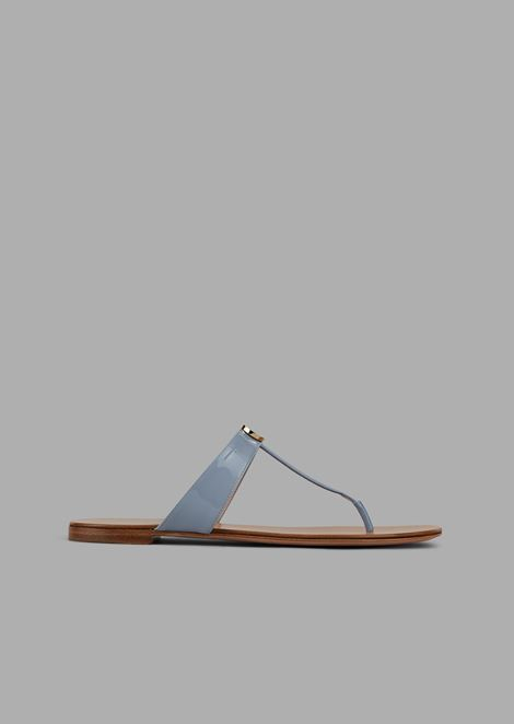 Ultra-flat flip flops in patent leather and enameled logo detail