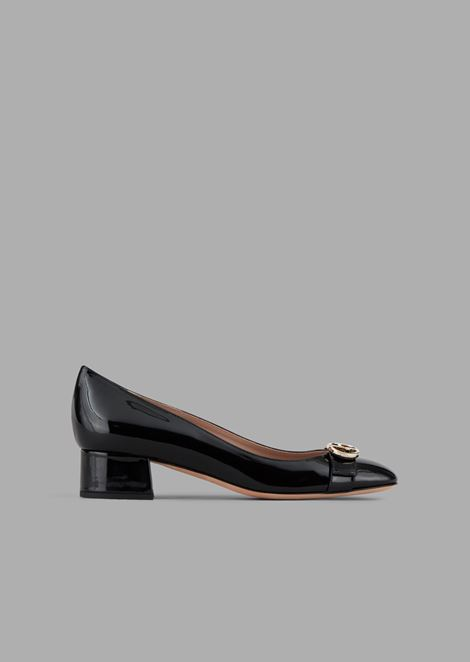 Patent leather court shoes with strap and logo detail