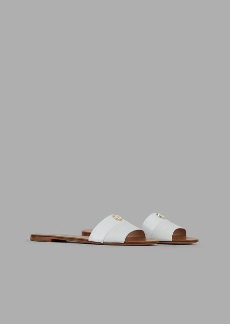 Сандалии на плоской подошве сремешком из кожи илаковой полоской слоготипом