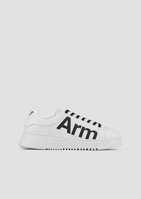 Sneakers in pelle stampata con rivisitazione del logo