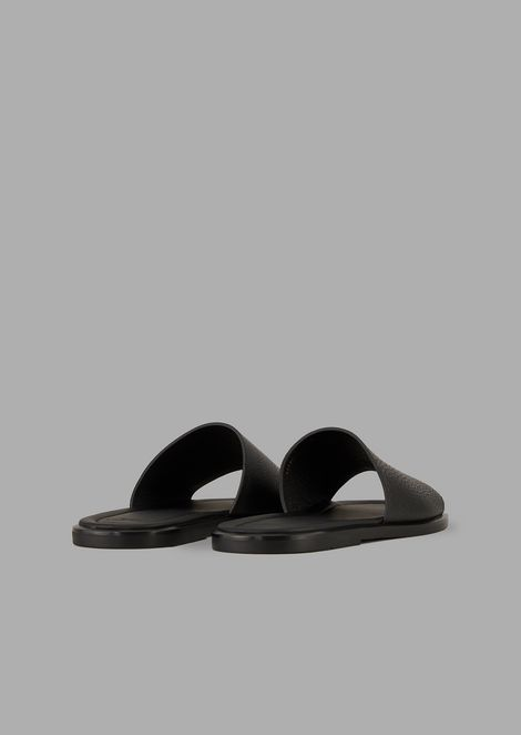 Slides in hammered leather with perforated logo
