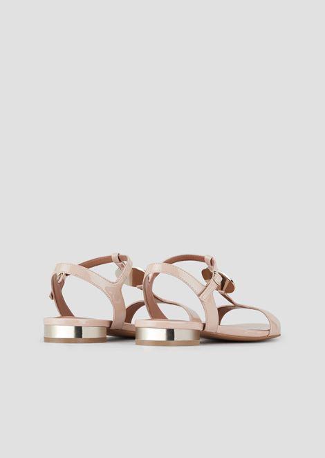 Sandali in vernice con dettagli specchiati e medaglione logato