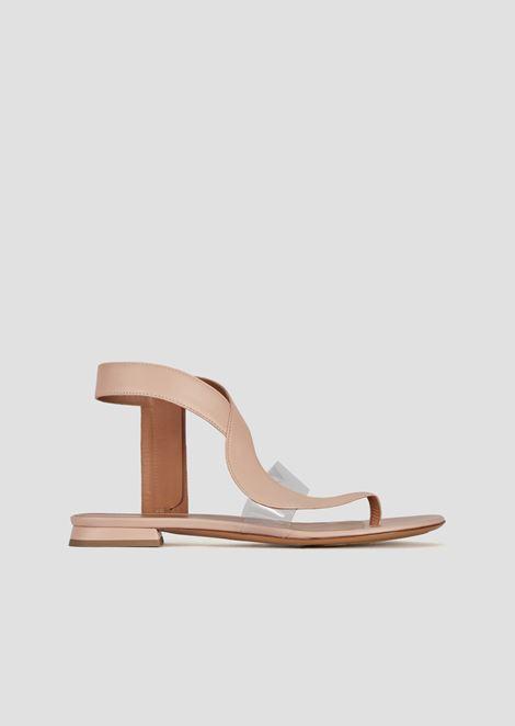 Sandalia plana modelo chancla de piel y vinilo
