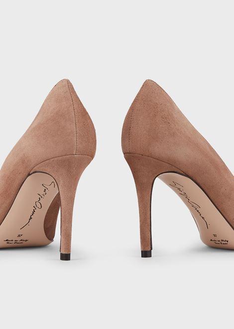 Zapato de salón de ante con escote asimétrico