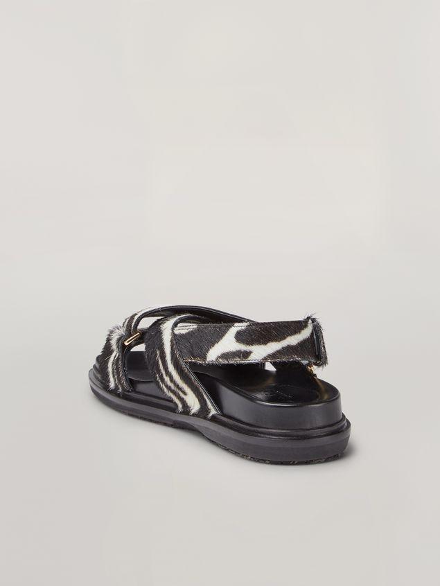 Marni Überkreuzte Fußbett-Sandale aus Kalbsleder in Ponyfell-Optik mit Zebraprint Damen