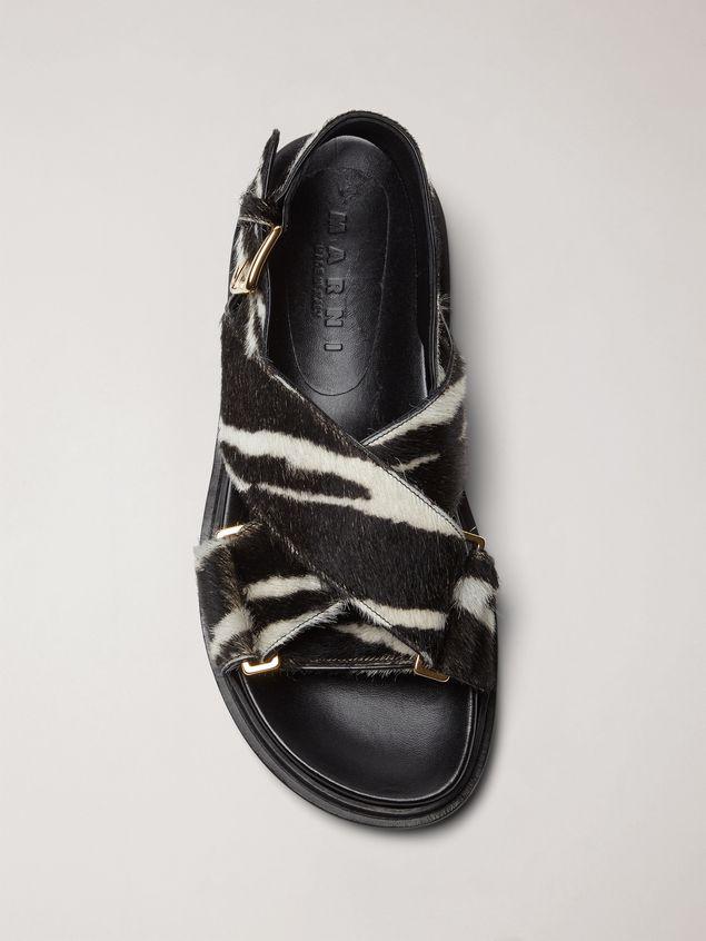 Marni Überkreuzte Fußbett-Sandale aus Kalbsleder in Ponyfell-Optik mit Zebraprint Damen - 4