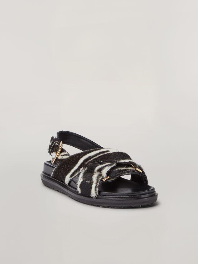 Marni Überkreuzte Fußbett-Sandale aus Kalbsleder in Ponyfell-Optik mit Zebraprint Damen - 2