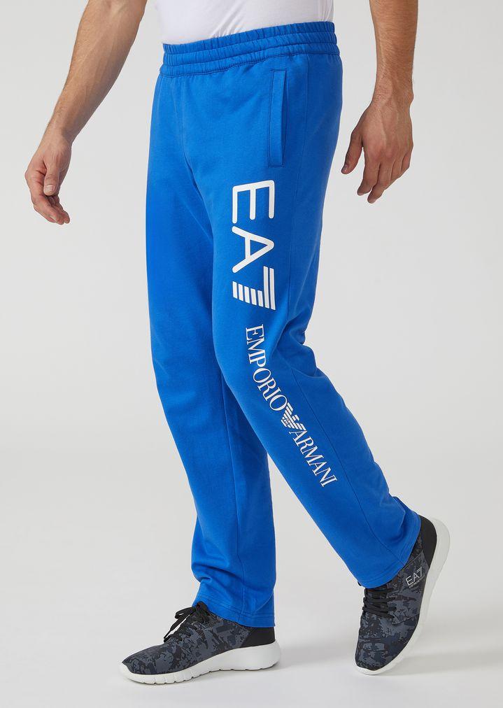 2253c82114cb Pantalon de jogging en molleton de coton avec grand logo   Homme   Ea7