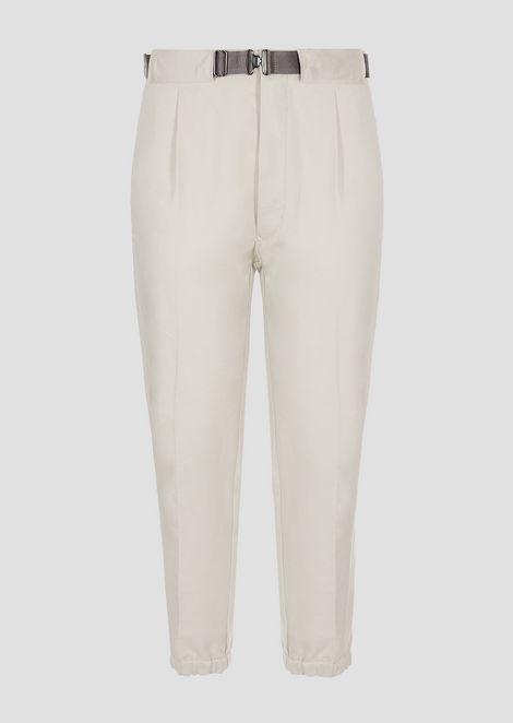 Pantaloni in cotone twill con cintura logata tono su tono