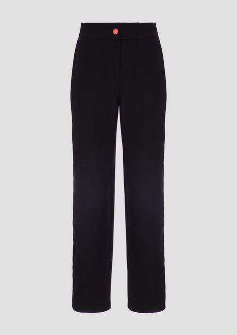Pantalones en cady con aplicación lateral que se abre con cremallera