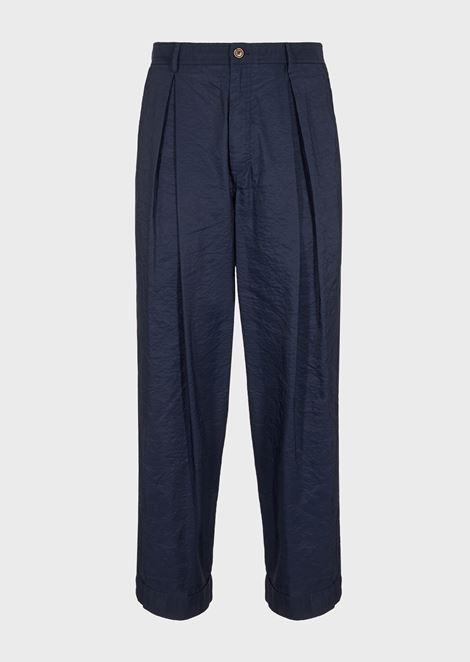 Garment-tumbled trousers with wide pleats and stretch plain-woven cloth