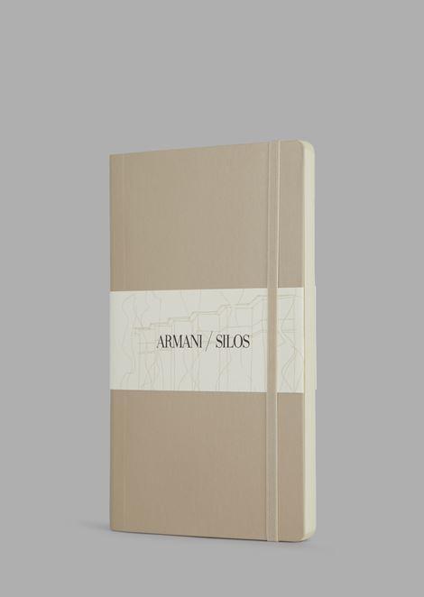 Mittelgroßes Hardcover-Notizbuch mit punktkarierten Seiten