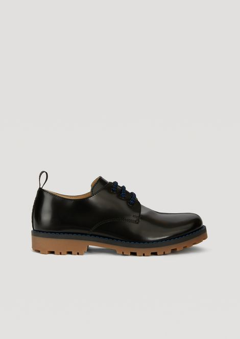 Lace-up derby in glossy leather with a rubber sole