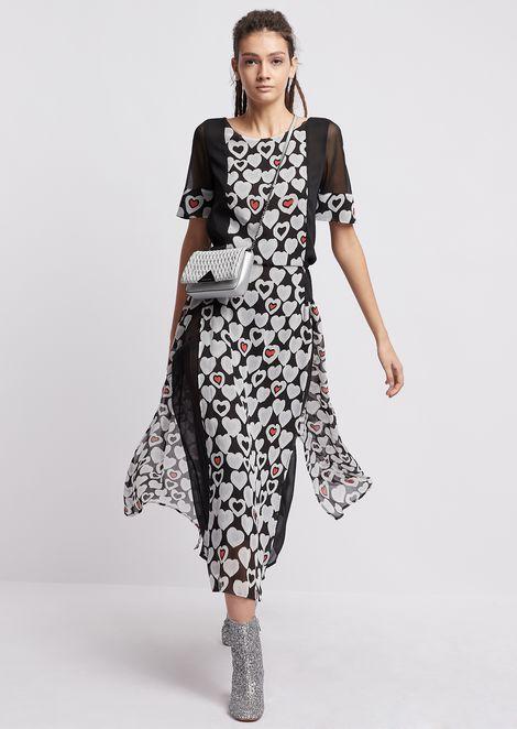 Vestido de crespón con paneles estampados con fantasía de corazones