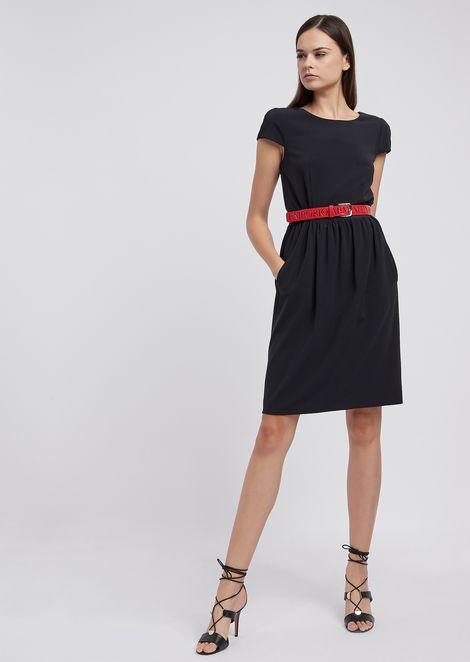 Платье с короткими рукавами из эластичного шерстяного крепа