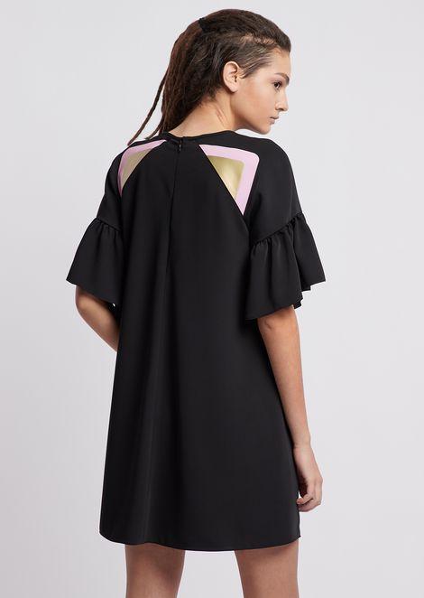 Kleid aus fließendem Stoff mit Volant-Ärmeln