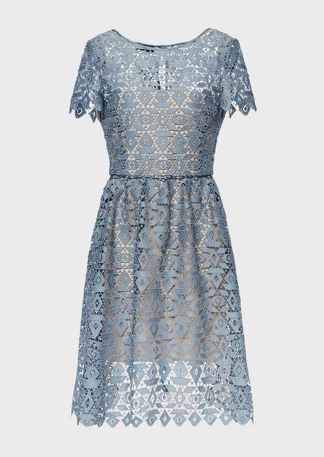 Kleid aus geometrischem Makramee mit Unterkleid in Kontrastfarbe