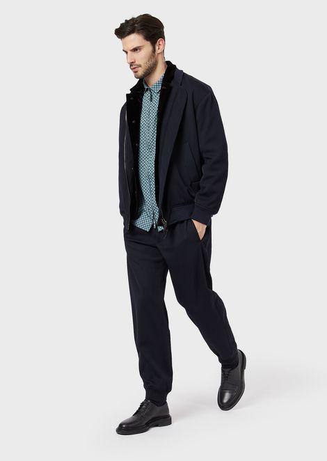 Camisa slim fit de tejido exclusivo con estampado aterciopelado sobre base a rayas