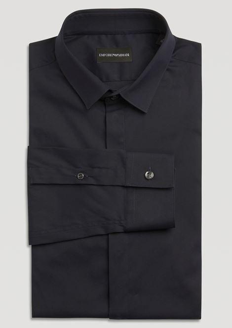 Camisa de algodón elástico con cuello pequeño y cierre oculto