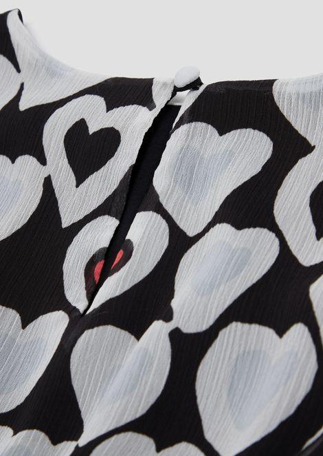 Blusa de crepé con fantasía de corazones por toda la prenda