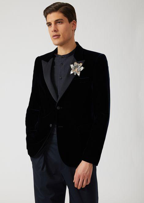 Einreihiges Smokingjackett aus Samt mit Brosche in Blumenform