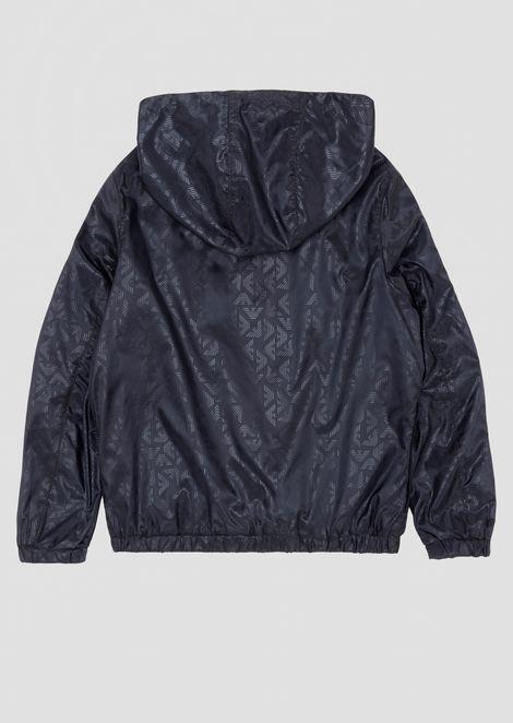Cazadora impermeable con capucha en tejido con logotipo por toda la prenda