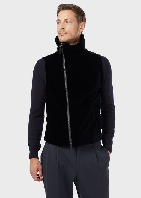 A high-neck waistcoat in velvet with a zip closure