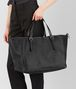 BOTTEGA VENETA GROSSE TOTE BAG AUS INTRECCIATO NAPPA IN NERO Shopper D ap