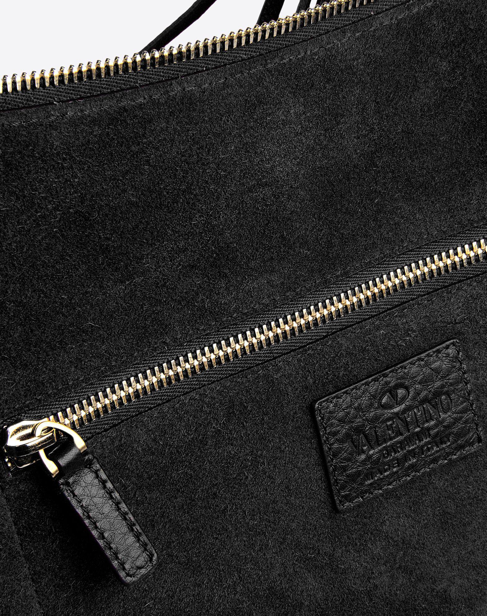VALENTINO Internal pockets Adjustable shoulder straps Fringe Metal Applications Textured leather Solid color Zip closure Logo detail  45215874ns