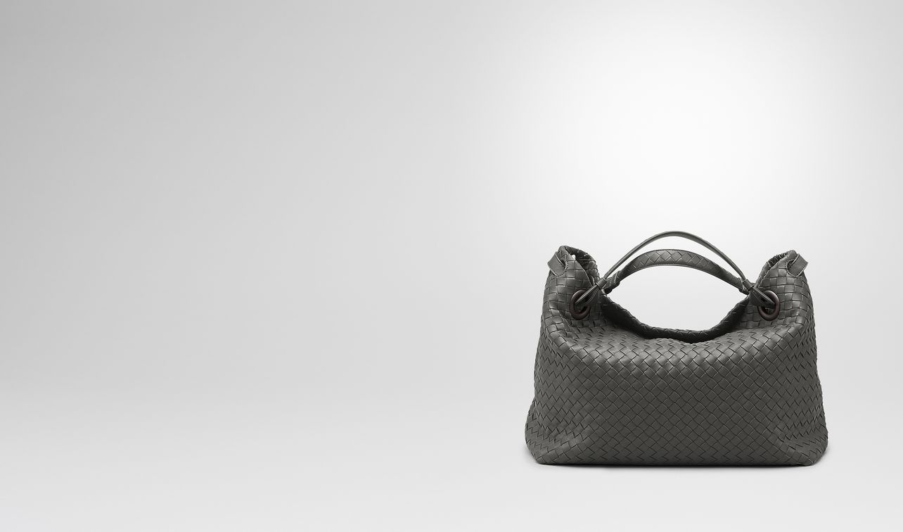 mittlere garda tasche aus intrecciato nappa in new light grey landing
