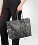 BOTTEGA VENETA MITTLERE TOTE BAG AUS INTRECCIOLUSION IN NEW LIGHT GREY Shopper Damen ap
