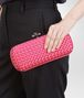 BOTTEGA VENETA STRETCH KNOT AUS INTRECCIO IMPERO IN ROSA SHOCK MIT AYERS-DETAILS Clutch D ap