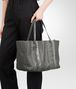 BOTTEGA VENETA MITTLERE TOTE BAG AUS NAPPA UND AYERS IN NEW LIGHT GREY Shopper Damen ap