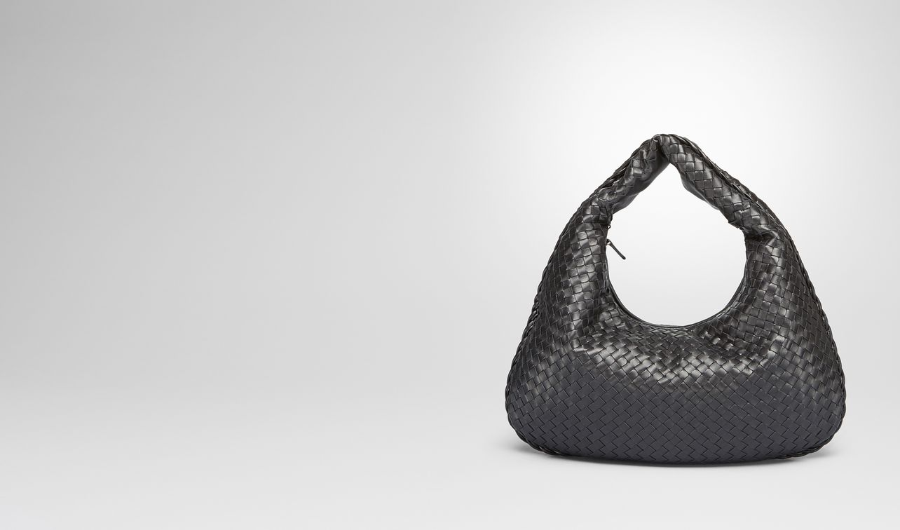 medium veneta bag in nero intrecciato nappa landing