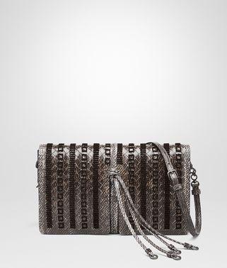 水墨灰编织咸水蛇皮手拿包,配以刺绣细节