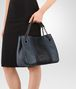 BOTTEGA VENETA MITTLERE TOTE BAG AUS BESTICKTEM NAPPA IN KRIM DENIM Shopper D lp