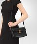 BOTTEGA VENETA SMALL MESSENGER BAG IN NERO INTRECCIATO NAPPA LEATHER Borsa a Tracolla Donna lp