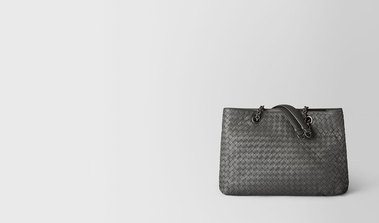 sac fourre-tout moyen format en cuir nappa intrecciato new light grey  landing