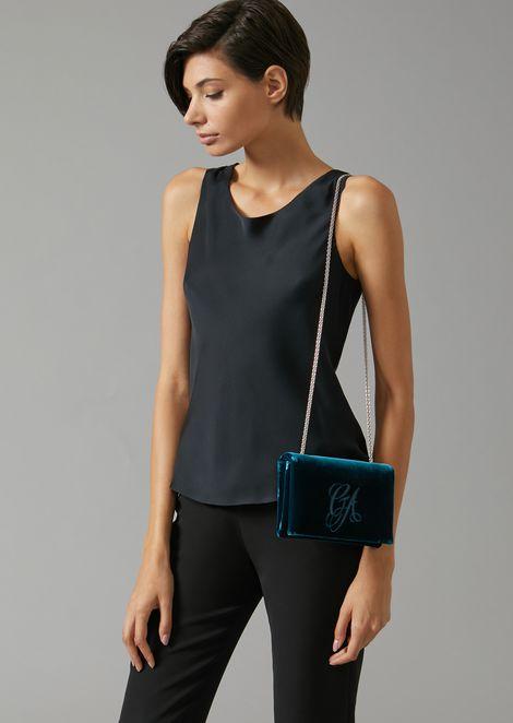 Бархатная сумка на ремешке с вышитым логотипом