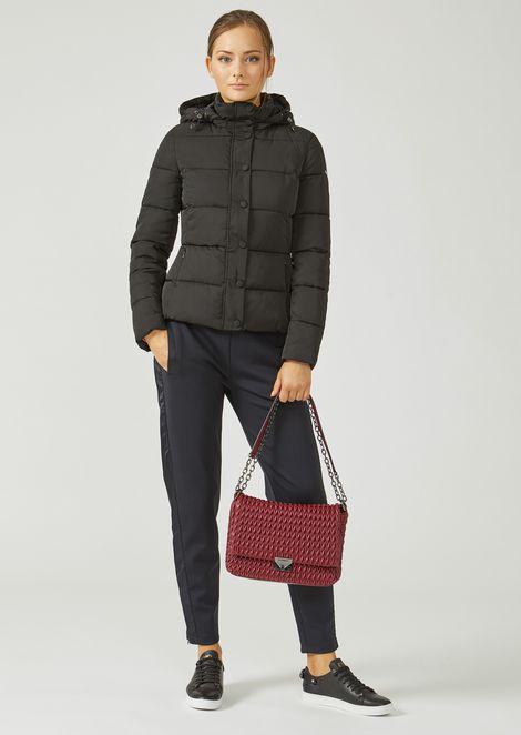 Стёганая сумка на ремешке с треугольной застёжкой