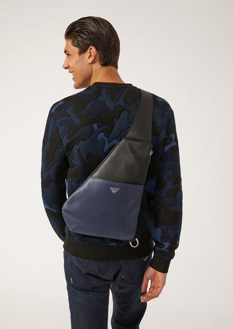 Двухцветный кожаный рюкзак на одно плечо с металлическим логотипом