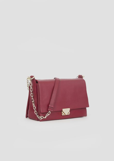 Bag in hammered leather with chain strap