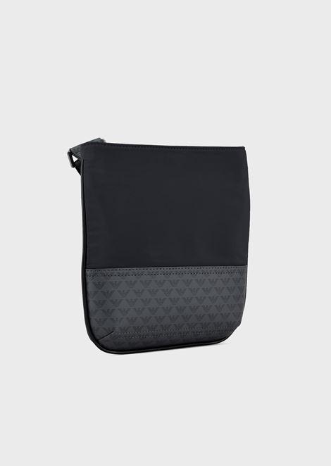 Bolso bandolera pequeño y plano cubierto completamente con monogramas insertados