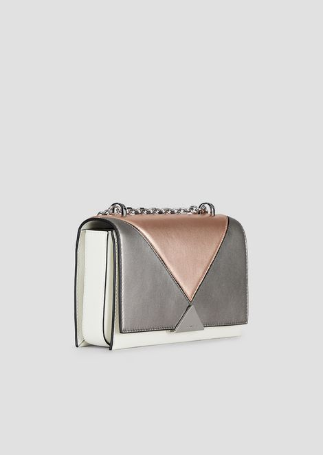 Shoulder bag in laminate leather featuring chain strap
